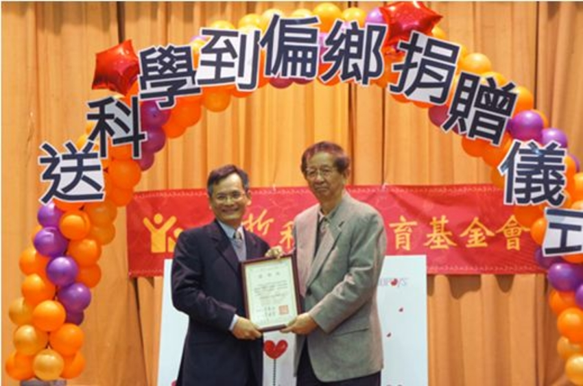Synopsys Taiwan Chairman Robbins Yeh (left in above photo) received a certificate of appreciation from Yuan T. Lee